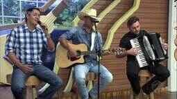 Fabiola Gomes entrevista Felipe Araújo e no palco Fabrício e Fernando cantam sucessos