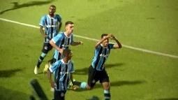 Gol do Grêmio! Bobsin cruz apara Da Silva, que chuta na saida de Cleber aos 28' do 2º