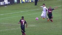 Marcelo rouba a bola de zagueiro na área, cai e fica pedindo pênalti aos 9 do 2º tempo