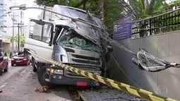 Caminhão sobe calçada e bate em poste na Av. Rosa e Silva