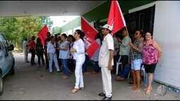 Servidores da saúde protestam no hospital Tarcísio Maia, nesta sexta (19) em Mossoró