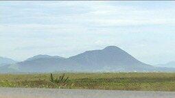 Aventureiros encaram subida do Monte Aghá, em Piúma, ES