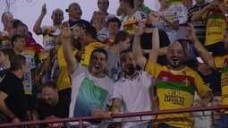 Torcedor vibra com retorno parcial de refletor no estádio Augusto Bauer