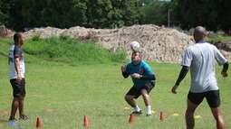 Jorge Pinheiro mostra habilidade em futevôlei improvisado no treino do Fla-PI; veja