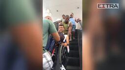 Cadeirante tem que ser carregado em Nilópolis