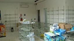 Bandidos abrem buraco em parede e saqueiam farmácia na Zona Oeste de Natal