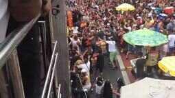 Foliões e ambulante brigam ao lado de trio elétrico de Daniela Mercury