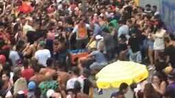 Foliões agridem suspeito de roubar celular durante perto de trio de Daniela Mercury