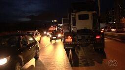 Motorista bêbado perde controle, e caminhão para em pista contrária da BR-153