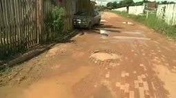 Moradores reclamam de bueiro que transborda e alaga ruas e casas toda vez que chove