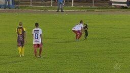 Cachorro invade campo no meio do jogo em Rondônia