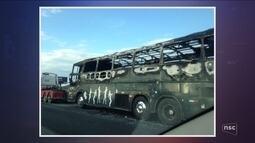Ônibus pega fogo na BR-101 em Tijucas e provoca congestionamento