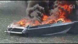 Imagens mostram embarcação pegando fogo no litoral de SP