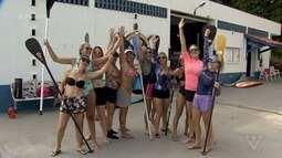 Mulheres se reúnem para a prática de stand up padlle em Itanhaém, SP