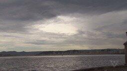O tempo virou e a ventania da manhã deste sábado (19) causou estragos na região