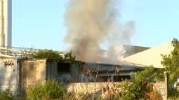 Incêndio atinge área de fábrica de baterias desativada em Sorocaba