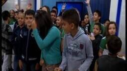 Alunos de escola de Arcos visitam a TV Integração em Divinópolis