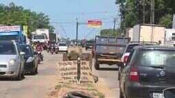 Caminhoneiros permanecem parados durante protesto em rodovias no Acre