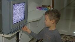 Crianças comentam a qualidade das TVs de tubo com as de sinal digital