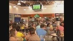 Em Patos de Minas, torcedores se reúnem em bares e shopping para torcer pelo Brasil