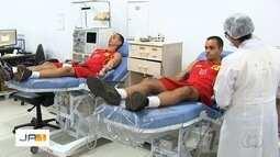 Bombeiros se unem para doar sangue, em Goiânia