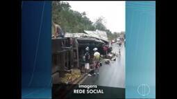 Caminhão carregado com óleo de cozinha tomba na BR-251 e moradores saqueiam carga