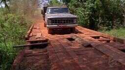 Moradores de comunidades rurais se arriscam na travessia de pontes de madeira