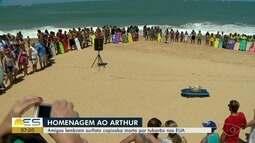 Surfistas homenageiam capixaba morto por tubarão nos EUA
