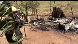 Corpo de Bombeiros combate incêndio em casa próximo a BR 381 em Governador Valadares