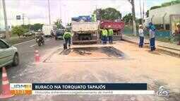 Buraco causa congestionamento na Av. Torquato Tapajós, em Manaus