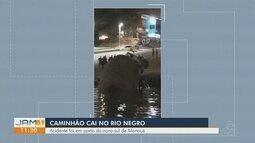 Caminhão perde controle e cai no Rio Negro, na Zona Sul de Manaus