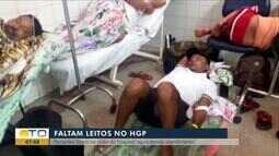 Paciente espera atendimento deitado no chão do Hospital Geral de Palmas