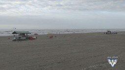 Turistas aproveitam o feriado prolongado nas praias da região
