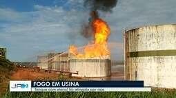 Bombeiros combatem há 20 horas incêndio em usina de etanol em Serranópolis