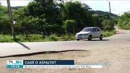 Moradores sofrem com buracos, poeira e lama em rua de Três Rios