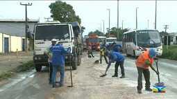 Trabalhadores realizam limpeza após fertilizante ser despejado na BR-135