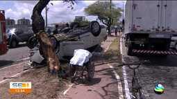 Veículo capota após bater em um caminhão na Avenida Tancredo Neves