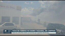 Bombeiros combatem fogo em área de mato ao lado de posto de combustíveis, em Campinas