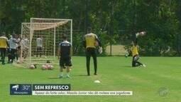 Apesar do forte calor, Mazola Junior não dá moleza aos jogadores da Macaca