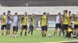 Time do Botafogo-PB reconhece campo no Morenão abaixo de chuva