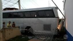 Ônibus destrói parte de muro de escola na zona norte de Sorocaba