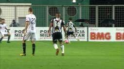 Gol do Atlético-MG!!! Guga rola pra Vinícius, na entrada da área, que finaliza bem e marca