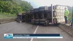 Caminhão tomba e bloqueia a Domênico Rangoni por mais de 1h