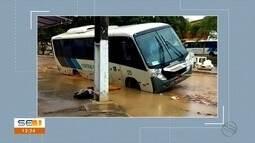 Ônibus cai em buraco na capital sergipana