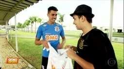 Fã conhece e ganha presentes do ídolo Danilo Avelar no CT do Corinthians