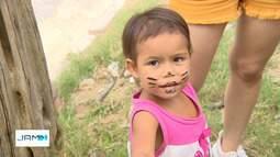 Grupo de voluntários distribui chocolates para crianças carentes