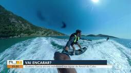 Gustavo Garcia encara wakeboard nas águas de Arraial do Cabo