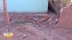 Motorista de carro desgovernado destrói muro de residência e foge