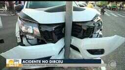 Acidente no bairro Dirceu deixa dois carros destruídos
