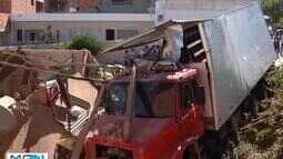 Caminhão invade casa e mulher morre soterrada em Bocaiuva